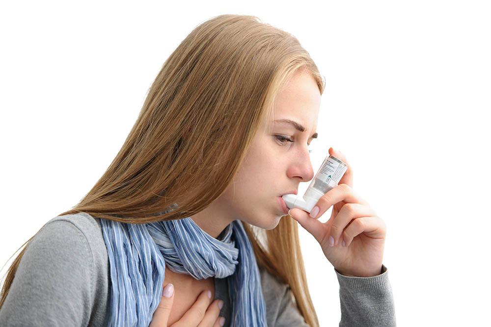Donna malata con asma e inalatore