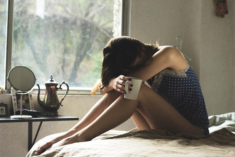 Donna stanca a letto, insonnia, marito che russa