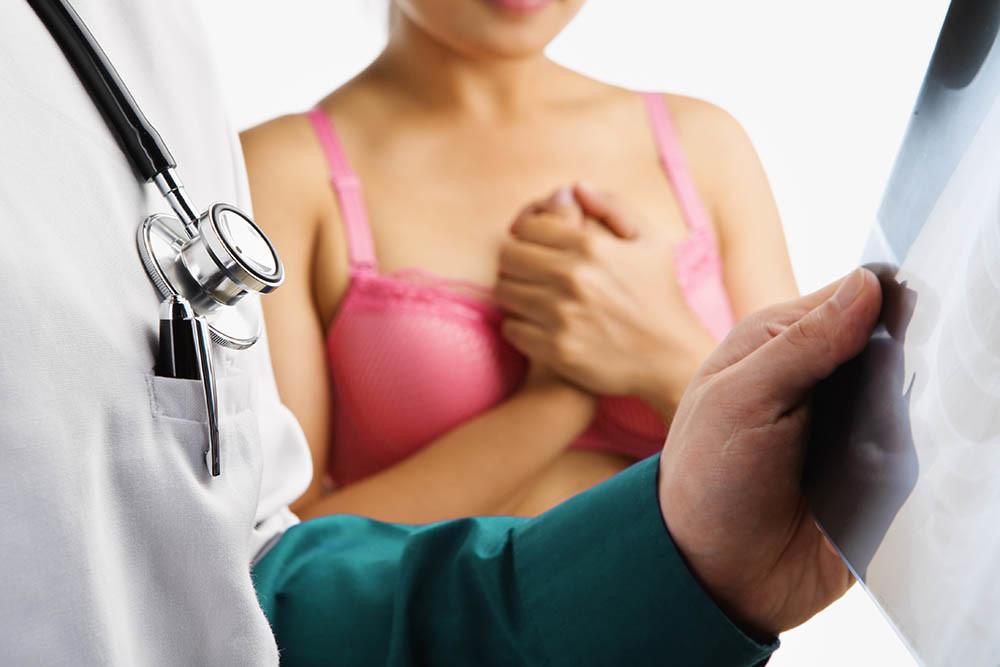 Visita pneumologica: lastra e donna in attesa ansia