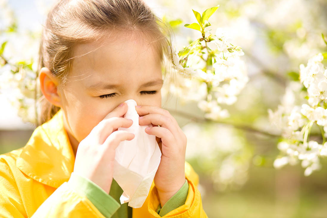Bimba grande si soffia il naso - allergia malattie respiratorie